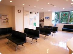 待合スペース皆さまにリラックスして診療を受けていただけるよう、明るく落ち着いた雰囲気になっております。また、院内は隅々まで清潔を心がけております。